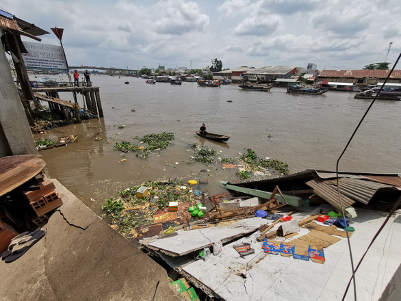 Nền 5 căn nhà ven sông Cần Thơ bị gãy, chìm xuống nước - Ảnh 1.