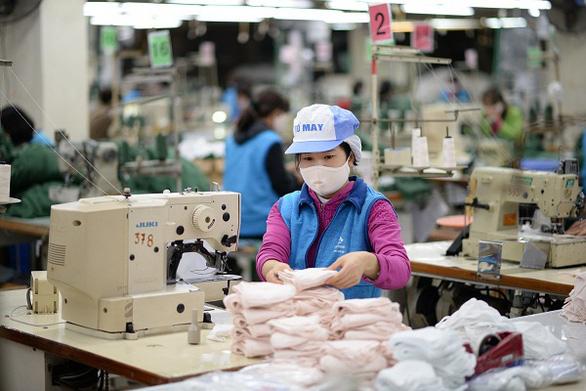 Không sản xuất đại trà khẩu trang, đồ bảo hộ y tế cho thị trường xuất khẩu - Ảnh 1.