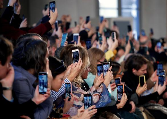 Yêu cầu nghệ sĩ dự sự kiện thời trang tại Ý và Pháp phải khẩn trương kiểm tra y tế - Ảnh 1.
