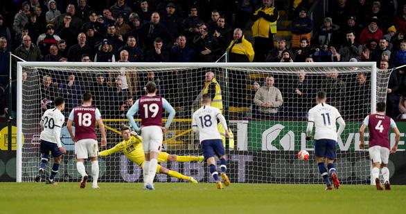 Hòa may mắn trước Burnley, đoàn quân của HLV Mourinho xếp thứ 8 - Ảnh 2.