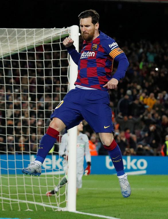 Messi ghi bàn từ chấm 11m đưa Barca lên ngôi đầu - Ảnh 1.