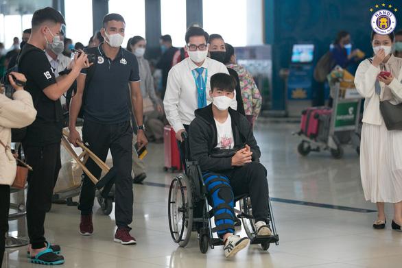 Duy Mạnh và Đình Trọng sang Singapore chữa chấn thương - Ảnh 1.