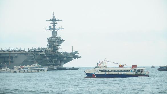 Đội tàu hai lần đón hàng không mẫu hạm Mỹ - Ảnh 1.