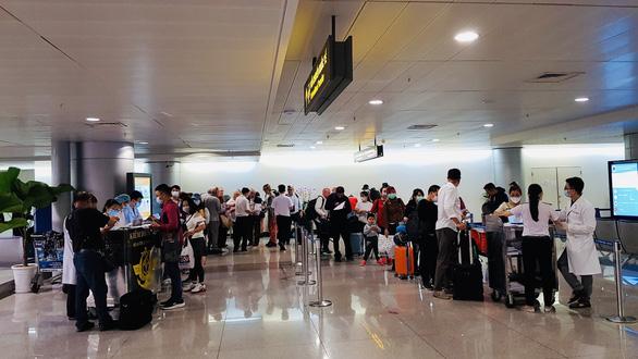 9 người nước ngoài trên chuyến bay VN0054 dương tính với COVID-19 - Ảnh 1.