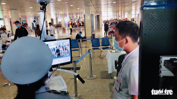 Khoảng 20.000 người đã khai báo y tế điện tử khi vào sân bay Tân Sơn Nhất - Ảnh 1.