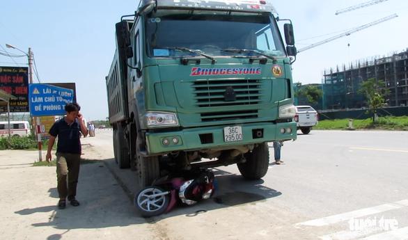 Hai mẹ con thiệt mạng dưới bánh xe tải - Ảnh 1.