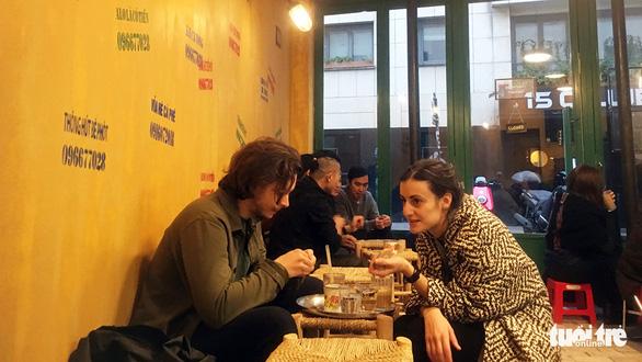 Paris có một... cà phê vỉa hè chất Việt - Ảnh 1.