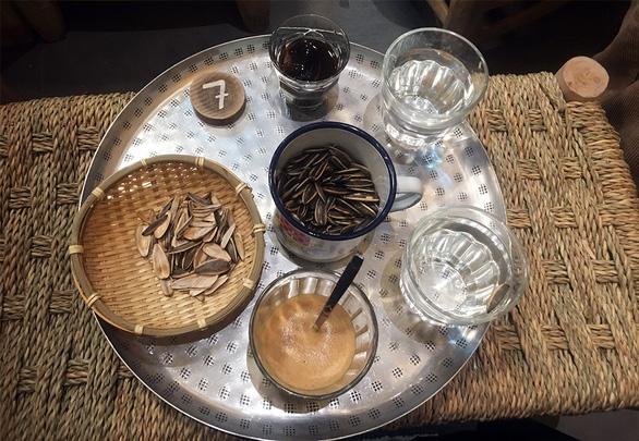 Paris có một... cà phê vỉa hè chất Việt - Ảnh 3.