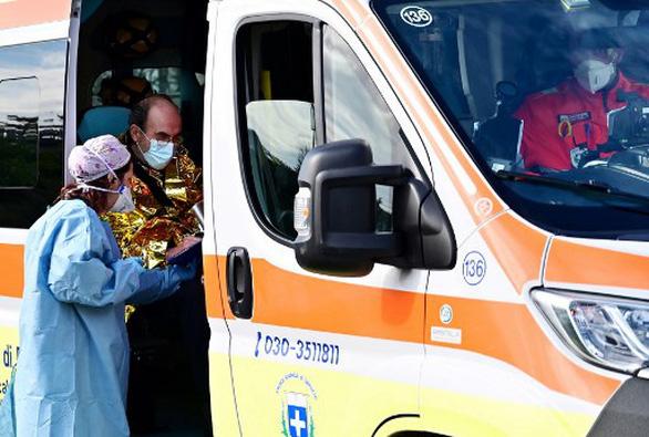 Ý mời bác sĩ nghỉ hưu, tuyển thêm 20.000 nhân viên y tế cùng chống COVID-19 - Ảnh 1.