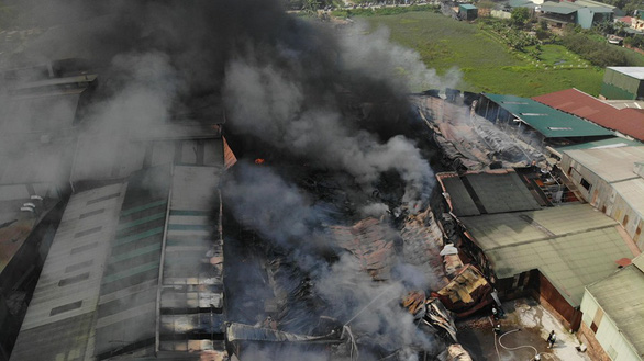 Hàng trăm mét vuông xưởng sản xuất vật liệu cách nhiệt bị thiêu rụi - Ảnh 1.