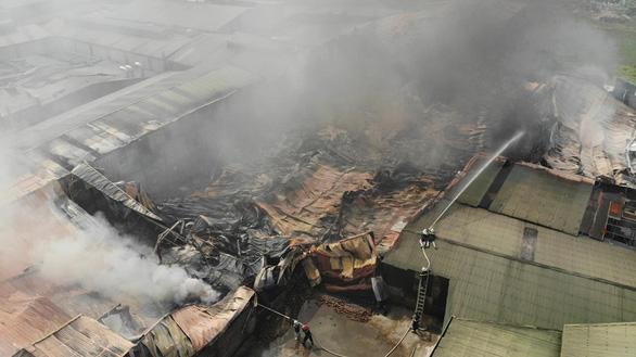 Hàng trăm mét vuông xưởng sản xuất vật liệu cách nhiệt bị thiêu rụi - Ảnh 2.