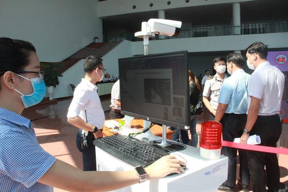Kiểm tra thân nhiệt tất cả những người ra vào Trung tâm hành chính TP Đà Nẵng  - Ảnh 1.