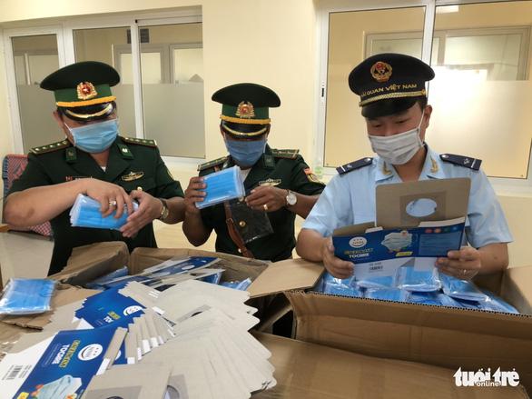 Đề nghị lấy khẩu trang y tế tịch thu được phát cho lực lượng phòng chống COVID-19 - Ảnh 1.