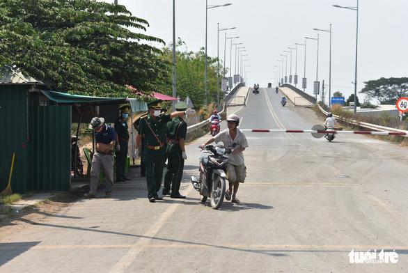 Lập tổ viết tờ khai y tế và đo thân nhiệt tại các bến đò giáp Campuchia - Ảnh 3.
