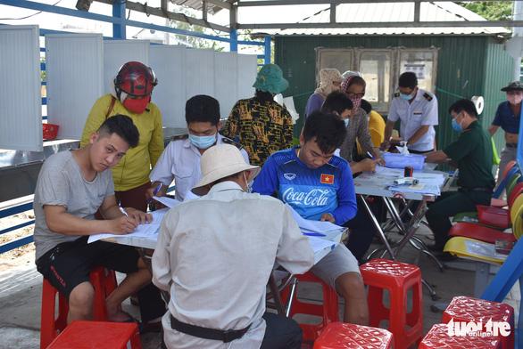 Lập tổ viết tờ khai y tế và đo thân nhiệt tại các bến đò giáp Campuchia - Ảnh 1.