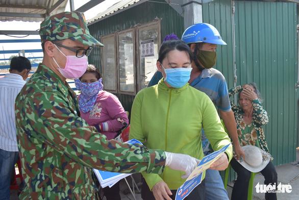 Lập tổ viết tờ khai y tế và đo thân nhiệt tại các bến đò giáp Campuchia - Ảnh 4.