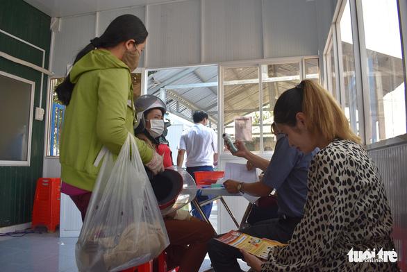 Lập tổ viết tờ khai y tế và đo thân nhiệt tại các bến đò giáp Campuchia - Ảnh 5.