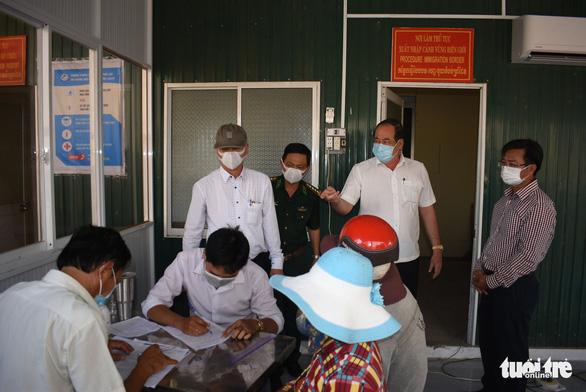 Lập tổ viết tờ khai y tế và đo thân nhiệt tại các bến đò giáp Campuchia - Ảnh 2.