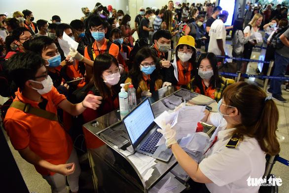 Xếp hàng chờ khai, nộp thông tin khai báo y tế ở sân bay Tân Sơn Nhất - Ảnh 2.