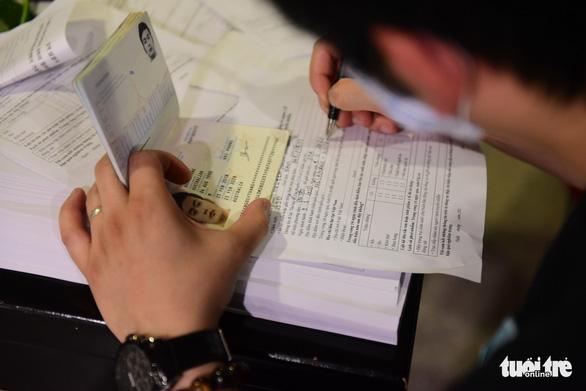 Xếp hàng chờ khai, nộp thông tin khai báo y tế ở sân bay Tân Sơn Nhất - Ảnh 6.