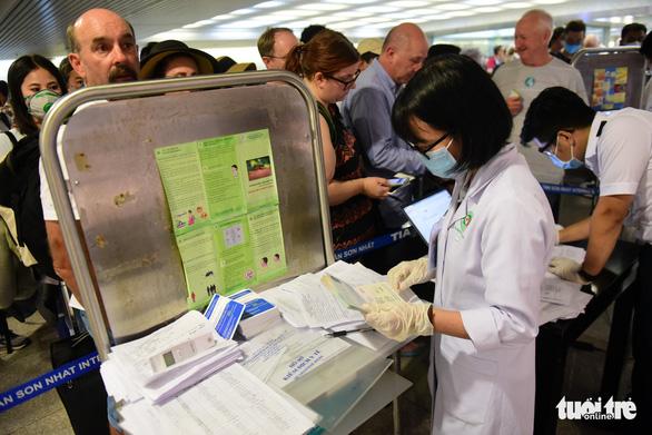 Xếp hàng chờ khai, nộp thông tin khai báo y tế ở sân bay Tân Sơn Nhất - Ảnh 8.
