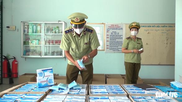 Bắt giữ hơn 30.000 khẩu trang y tế, 2.300 chai gel rửa tay vô chủ - Ảnh 1.
