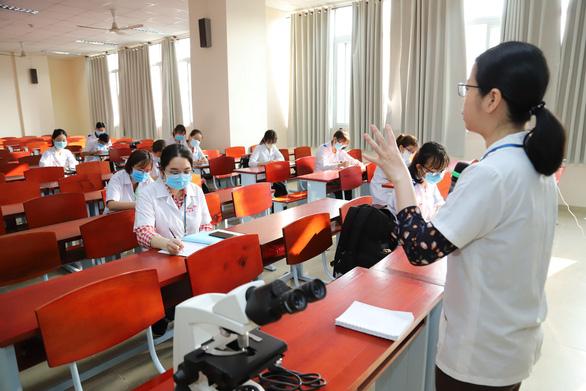 Sáng nay, sinh viên ĐH Y dược TP.HCM trở lại trường - Ảnh 2.