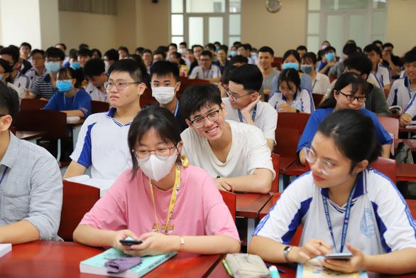 Sáng nay, sinh viên ĐH Y dược TP.HCM trở lại trường - Ảnh 6.