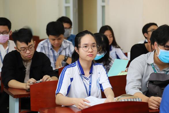 Sáng nay, sinh viên ĐH Y dược TP.HCM trở lại trường - Ảnh 1.