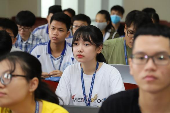 Sáng nay, sinh viên ĐH Y dược TP.HCM trở lại trường - Ảnh 7.