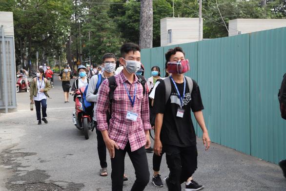 Sáng nay, sinh viên ĐH Y dược TP.HCM trở lại trường - Ảnh 8.