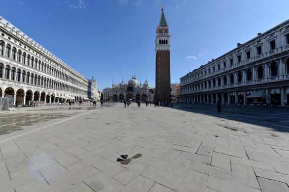 Nước Ý hoang vắng sau lệnh cách ly 16 triệu người - Ảnh 5.