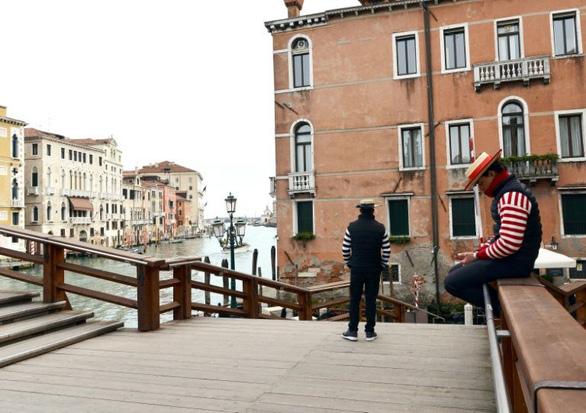 Nước Ý hoang vắng sau lệnh cách ly 16 triệu người - Ảnh 9.
