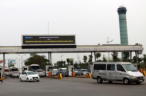 Không thể hoàn thành hệ thống đếm giờ, thu phí xe vào sân bay trước 31-3 - Ảnh 1.