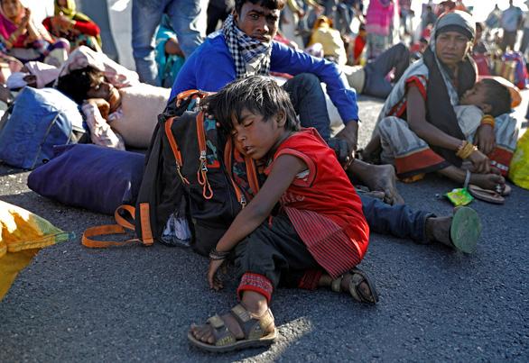 Hàng trăm triệu dân nghèo Ấn Độ sợ đói hơn sợ virus corona - Ảnh 2.