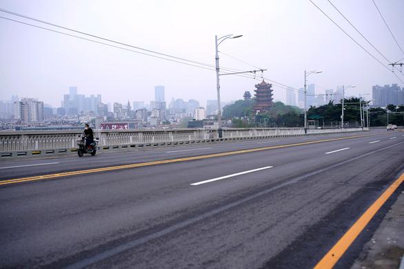 Người dân Vũ Hán: Chúng tôi vượt qua vì ở trong nhà - Ảnh 2.