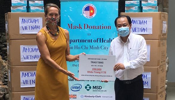 Cộng đồng doanh nghiệp Mỹ ủng hộ bác sĩ TP.HCM 250.000 khẩu trang y tế - Ảnh 1.