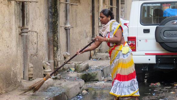 Chuyện của những người thu gom rác, giúp việc nhà thời dịch bệnh - Ảnh 1.