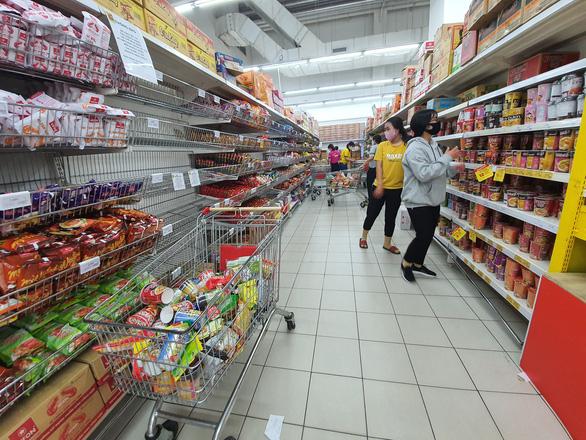 Miền Tây ngày đầu cách ly toàn xã hội: đường phố vắng vẻ, hàng hóa siêu thị dồi dào - Ảnh 4.