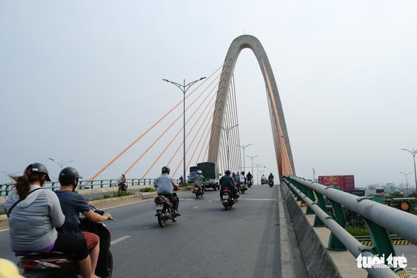 Đường phố Đà Nẵng vẫn đông người và xe trong ngày đầu cách ly xã hội - Ảnh 2.