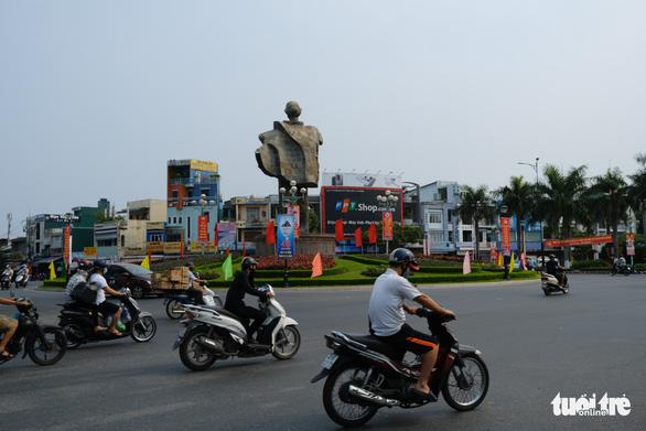 Đường phố Đà Nẵng vẫn đông người và xe trong ngày đầu cách ly xã hội - Ảnh 1.