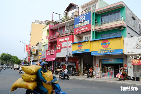 Đường phố Đà Nẵng vẫn đông người và xe trong ngày đầu cách ly xã hội - Ảnh 3.