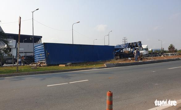 Lại lật xe container tại khúc cua cầu Phú Hữu - Ảnh 2.