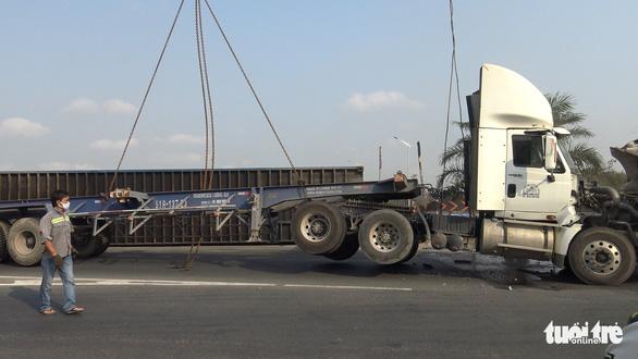 Lại lật xe container tại khúc cua cầu Phú Hữu - Ảnh 3.