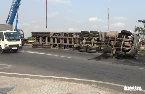 Lại lật xe container tại khúc cua cầu Phú Hữu - Ảnh 1.