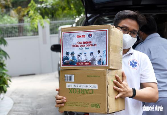 Báo Tuổi Trẻ trao nhiều trang thiết bị y tế cho Trung tâm cấp cứu 115 TP.HCM - Ảnh 4.