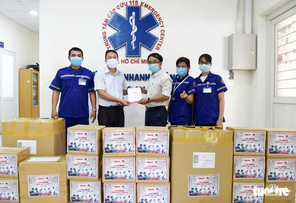 Báo Tuổi Trẻ trao nhiều trang thiết bị y tế cho Trung tâm cấp cứu 115 TP.HCM - Ảnh 2.