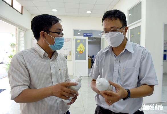 Báo Tuổi Trẻ trao nhiều trang thiết bị y tế cho Trung tâm cấp cứu 115 TP.HCM - Ảnh 6.