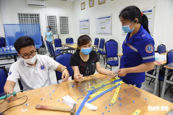Báo Tuổi Trẻ trao nhiều trang thiết bị y tế cho Trung tâm cấp cứu 115 TP.HCM - Ảnh 5.