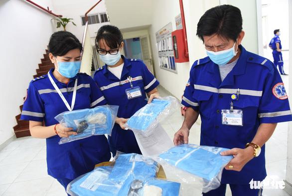 Báo Tuổi Trẻ trao nhiều trang thiết bị y tế cho Trung tâm cấp cứu 115 TP.HCM - Ảnh 1.